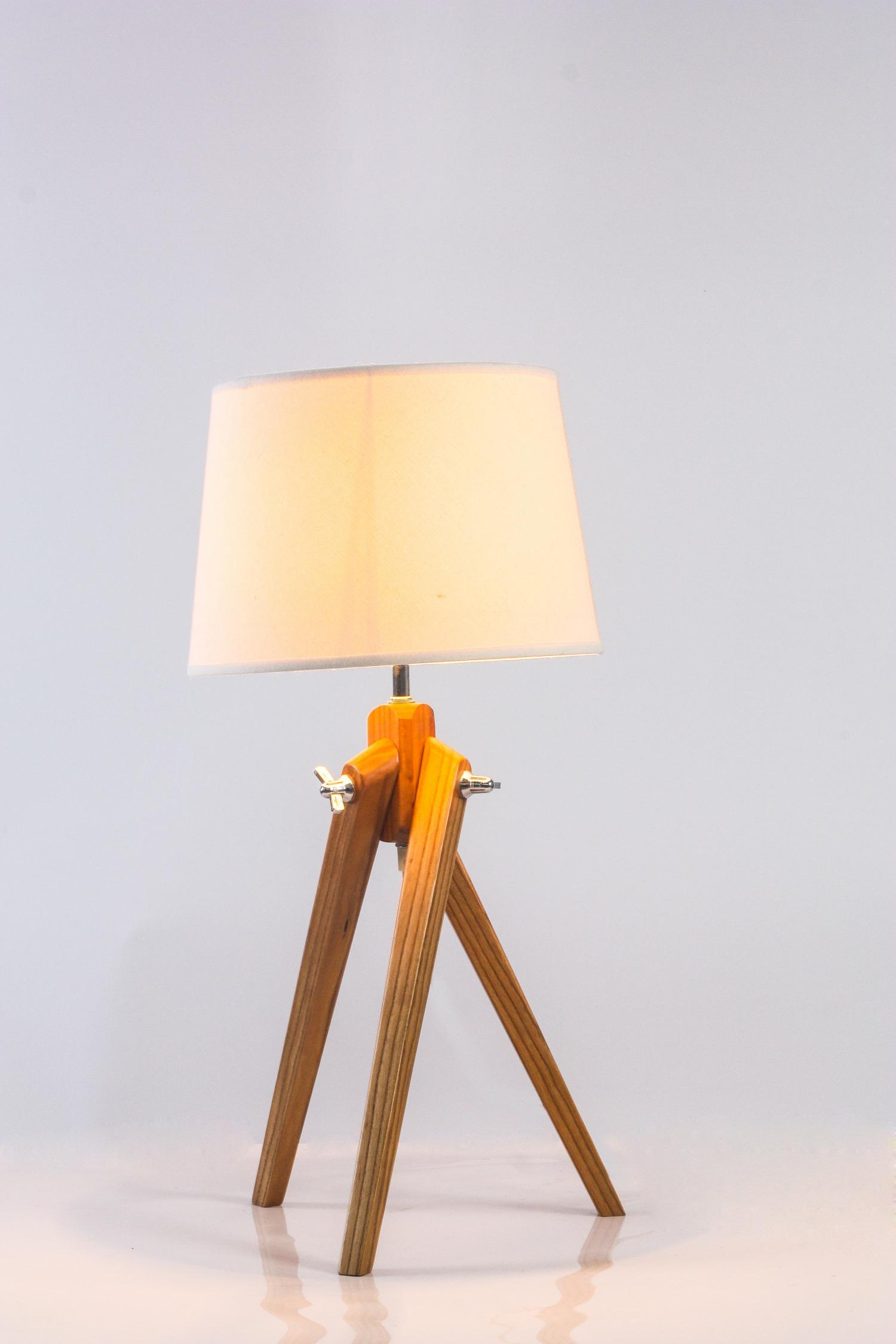 SMALL TRIPOD TABLE LAMP   White Shade
